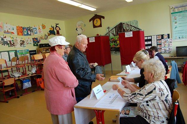 Dříve narození lidé se dnes u volebních uren ukazovali častěji.