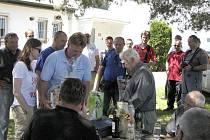 Členové staňkovského aeroklubu připravili Josefu Pavlíkovi oslavu jeho 90. narozenin.