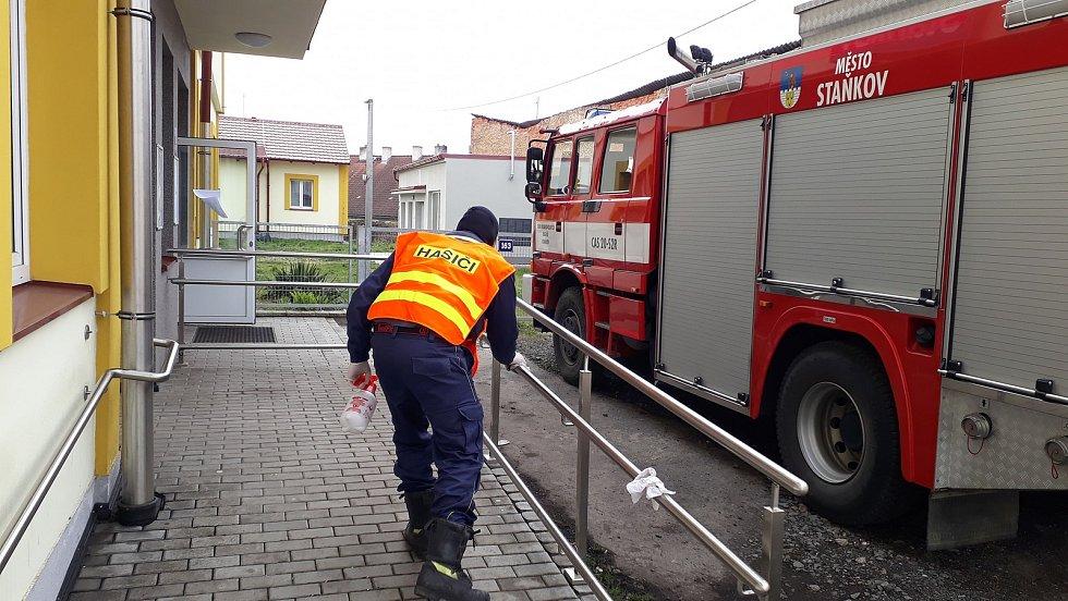 Dezinfekce veřejných prostor ve Staňkově. Foto: JSDH Staňkov