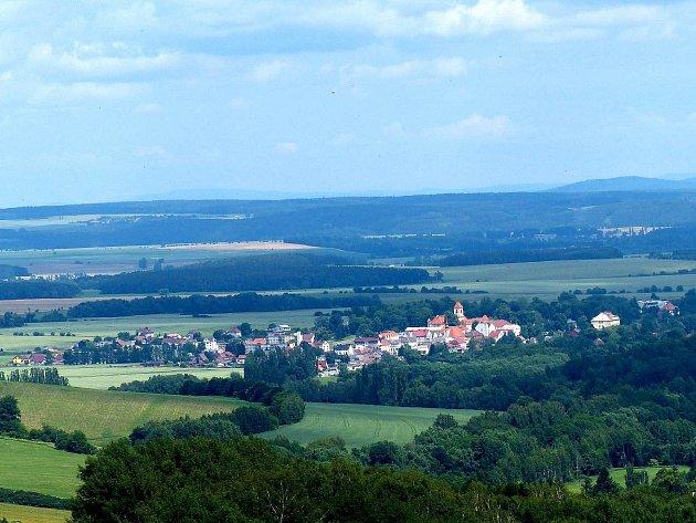 Pohled na Poběžovice s jejich dominantou – památkově chráněným zámkem.