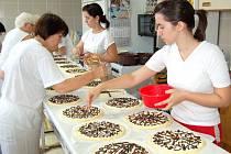 V pekárně v Bořicích začali s pečením osmi tisíc chodských koláčů.