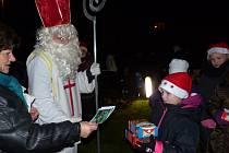 Z rozsvícení vánočního stromu a přivítání Mikuláše v Újezdě.