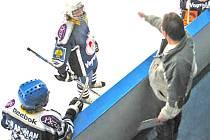 TIME–OUT. Někdy je potřeba hru uklidnit a probrat zásadní chyby a změny v taktice. Na snímku holýšovští hokejisté u střídačky.