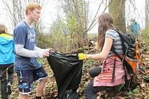 Staňkovští školáci sbírají odpadky.