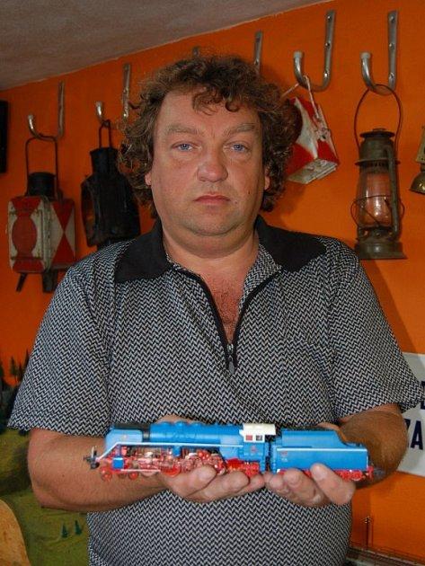 Jaroslav Šimáče s jedním ze svých modelů