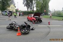 Třiatřicetiletý řidič motorky utrpěl zranění. Byl převezen do nemocnice ve Stodě.