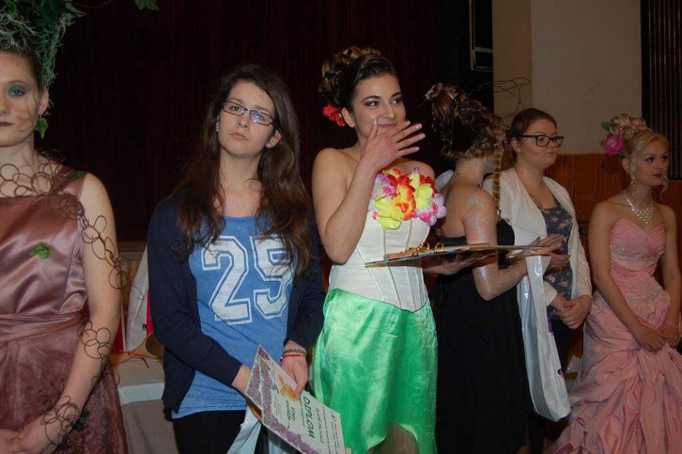 Vítězná kadeřnice Nikola Meszárošová se svojí modelkou.