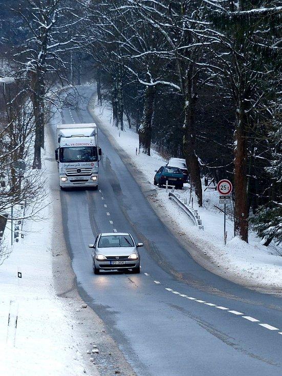 Silnice II/189 vedoucí přes Klenčí k HP Lísková je nejen plná kopců, ale i zatáček. Hlavně pro kamiony je v zimě plná nástrah.