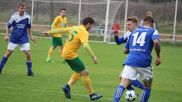 Tomáš Čadek ze Startu Tlumačov (č. 15 ve žlutém dresu) musel v neděli se svými spoluhráči skousnout porážku 0:3 na hřišti Sokola Plzeň-Černice (hráči v modrém). Teď narazí na lídra soutěže.