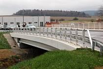 Součástí nové a již otevřené přeložky silnice II/196 v Poběžovicích je o most přes Pivoňku.