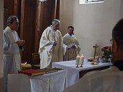 Nový oltář posvětil generální vikář plzeňské diecéze P. ThLic Krzysztof Dedek v hostouňské hřbitovní kapli.