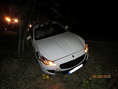 Řidič v Maserati se vyhýbal srně, po nehodě je škoda půl milionu