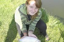 Lucie Stieberová vylovila 38 cm dlouhou kaprovitou rybu jelec jesen.