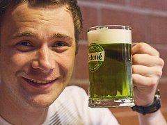 Na Zelený čtvrtek by měl každý pozřít něco zeleného. To proto, aby byl celý rok svěží. Někdo zkusil salát, jiný jablko a opravdoví gurmáni si v několika restauracích mohli výjimečně dopřát i zelené pivo.