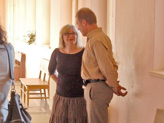 Obžalovaný Jürgen Schütz  hovoří na chodbě se svou tlumočnicí krátce před zahájením soudního jednání.