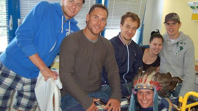 Extraligoví  hokejisté na návštěvě v Domažlické nemocnici.