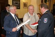 OCENĚNÍ. Mezi oceněnými byl i bývalý starosta Rybníku Josef Strnad. Na snímku mu blahopřeje starosta okresního sdružení hasičů Václav Kalčík.