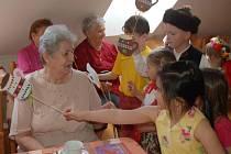 Oslava svátku matek v domažlickém Domu s pečovatelskou službou.