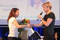 Sportovec Domažlicka 2017: Vítězné Kateřině Berouškové gratulovala česká legenda v běhu na lyžích Kateřina Neumannová.