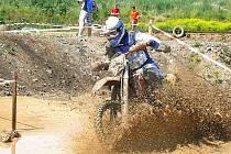 STEELPRO CUP V DOMAŽLICÍCH. Ve třetím závodě motocyklového seriálu Steel Pro Cup se jezdci v Domažlicích museli vypořádat s množstvím bahna na trati.