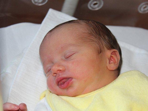 ŠIMON VALACHOVIČ z Holýšova (3070 g) se narodil v klatovské porodnici 23. dubna rodičům Kláře a Janovi.