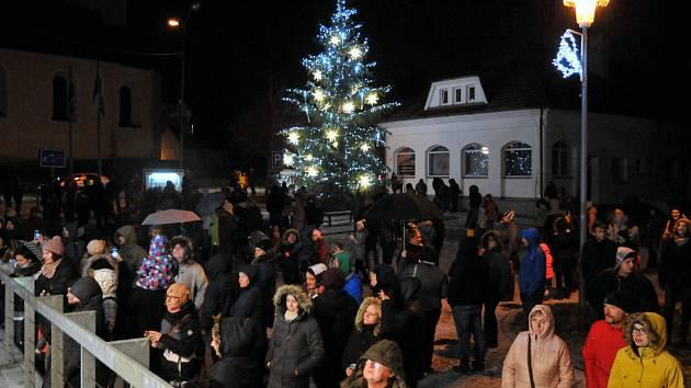 V Holýšově se vánoční strom rozsvítil už v pátek30. listopadu.