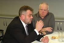 ZÁVĚREČNÉ SETKÁNÍ ÚČASTNÍKŮ. Oldřich Kraus (vlevo) hovoří s mistrem Václavem Vránou.