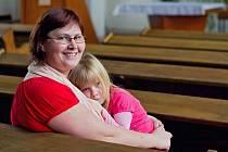Kdyňská farářka Daniela Zapletalová Grollová se svou dcerou Josefínkou.