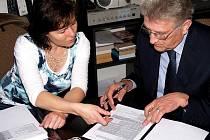 Starostka Loučimi Jana Dirriglová a starosta bavorských Nových Kostelů Josef Berlinger při podpisu dohody o spolupráci při zřizování naučné stezky.
