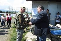 NEJÚSPĚŠNĚJŠÍ RYBÁŘ. V sobotu jím byl Roman Vican z Přeštic, na snímku mu cenu předává senátor Jan Látka.