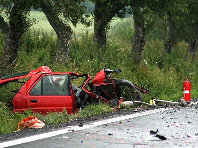 V tomto voze dnes u Křenov zahynula mladá řidička.
