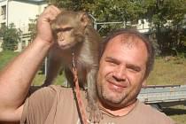 František Navrátil s cirkusovým makakem.