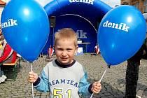 Domažlické náměstí dnes doslova rozkvetlo modrými balonky Deníku.