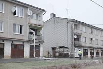 Bytový dům v Drahotíně poškozený výbuchem.
