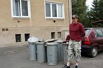 Bohumil Opat patří mezi ty, jimž nevyvezli odpad. Někteří takto ´postižení´ jsou rozhodnuti odnést ten svůj další v případě potřeby do popelnic k sousedům. Bohužel tu žijí hodně staří lidé, pro ně je delší cesta k cizím popelnicím nemyslitelná.