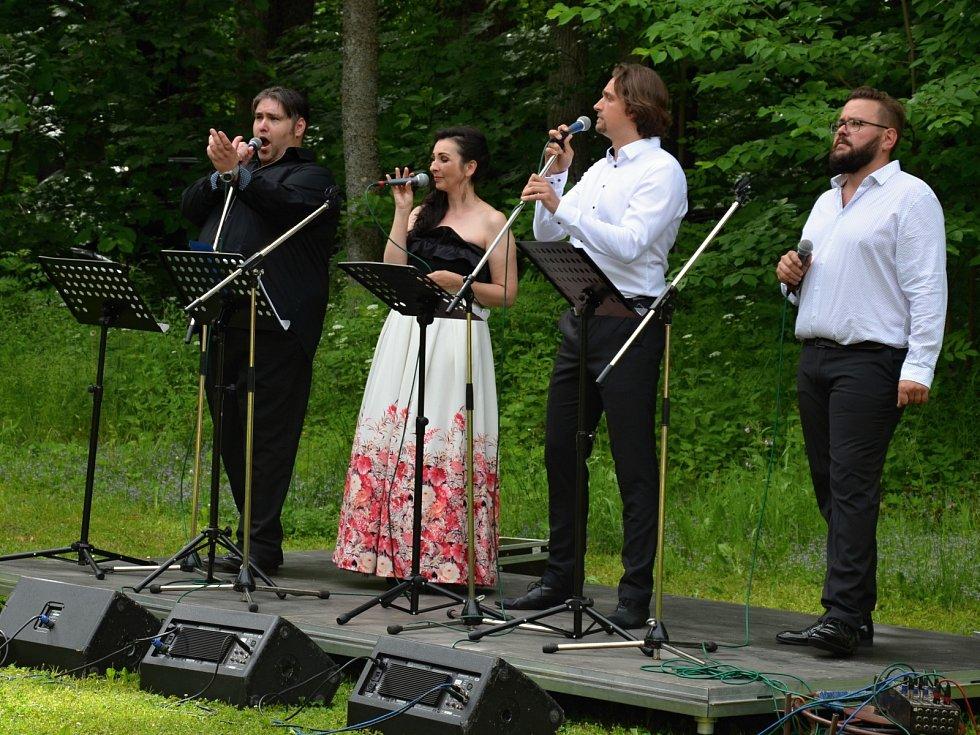 Koncert v zaniklé obci Pleš.