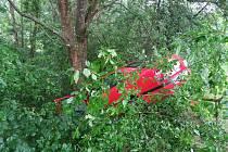 Dvacetiletá šoférka havarovala mezi Novým Kramolínem a Ždánovem. Narazila do stromu a zranila se ona i její spolujezdec.