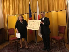 Významné vyznamenání předal Vlastě Čihákové Noshiro japonský velvyslanec Kaoru Shimazaki.