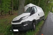 Řidička se lekla srny a vrazila do stromu. Naštěstí vyvázla bez zranění