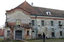 Zámek v Poběžovicích neboli Ronšperk potřebuje kompletní opravu. Rekonstrukce začne snad už příští rok, a to opravou střechy.