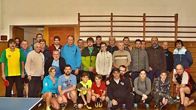 Účastníci tradičního turnaje ve stolním tenisu v Poběžovicích.