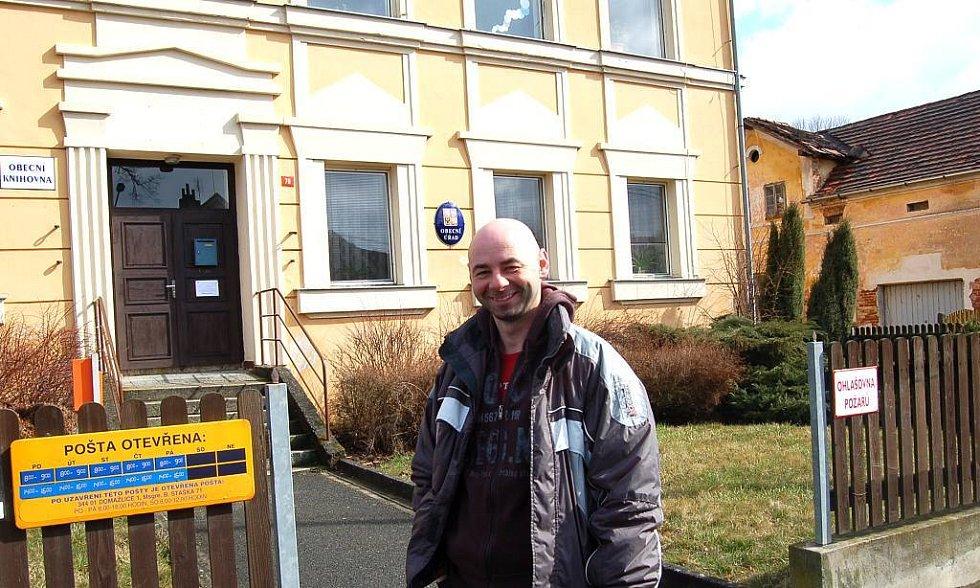 """BÝVALÁ ŠKOLA. Dnes sídlí v přízemí budovy obecní úřad, knihovna a pošta.  """"První patro je prázdné,"""" posteskl si starosta Petr Selnar."""