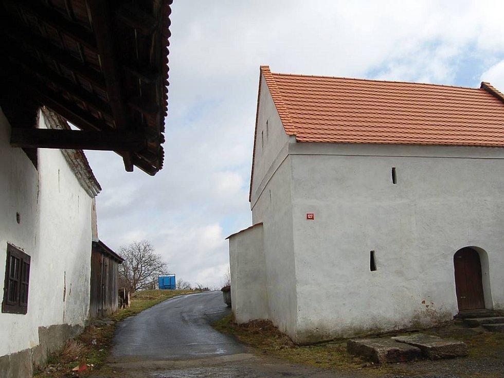 STATEK U PODESTÁTŮ. Vpravo špýchar, v jeho levé části je vidět výstupek – památku po původní bráně, již chtějí Draženovští  dostavět.