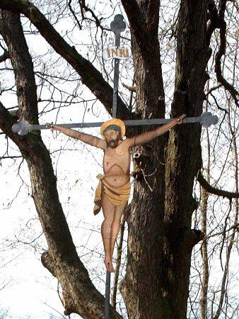 Zrestaurovaný památný kříž ve Ždánově uČerveného mlýna.