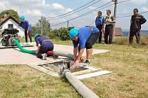 """Ilustrační snímek je z tamní hasičské soutěže, dílskou specialitou je """"utopená"""" nádrž, která přináší některým soutěžícím problémy."""