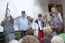 SLAVNOSTNÍ SALVA v režii Švejka a C.K. Šramlu uvedla povídání historika Zdeňka Procházky o zajímavostech z Chodského hradu a okolí.