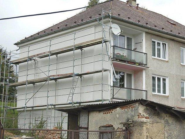 Investice do oprav bytů a domů by mohly narůst po zvýšení výnosu z přerozdělovaných daní. Snímek je z revitalizace bytovky v Újezdu Svatého Kříže.