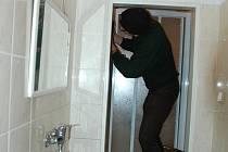 Zloděj se po krádeži chtěl vysprchovat. Ilustrační foto.