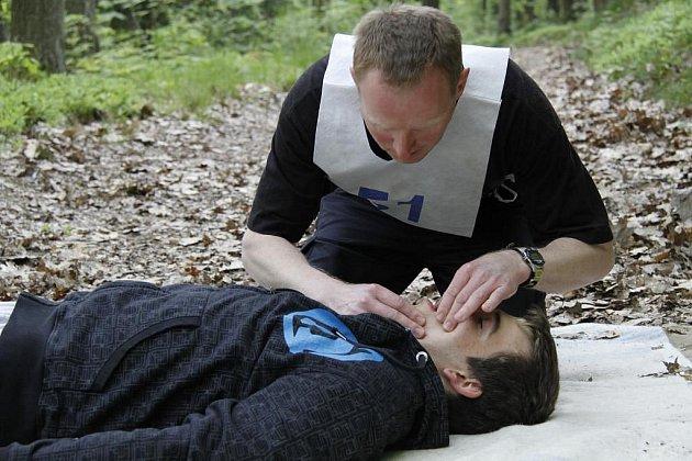 Orientační běh byl na jednom ze stanovišť doplněn resuscitací osoby .