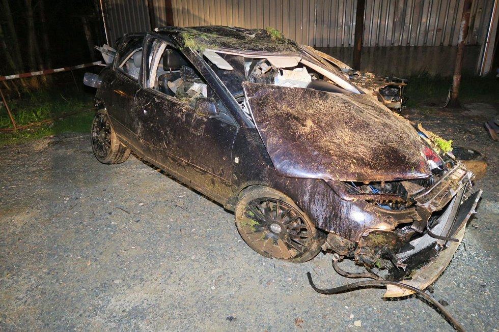 Mladý řidič nepřizpůsobil rychlost jízdy a dostal na mokré vozovce smyk. Narazil do stromů, mostku a převrátil se na střechu.